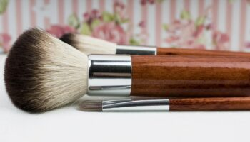 cleaning makeup brushes with vinegar
